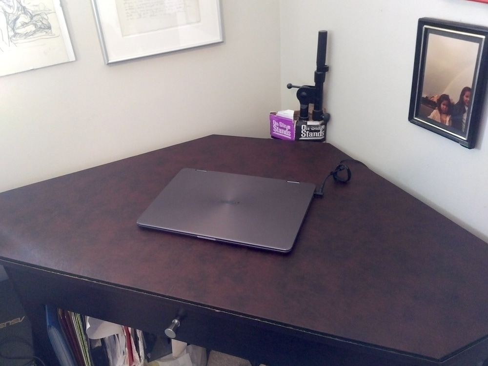 Triangular desk pad